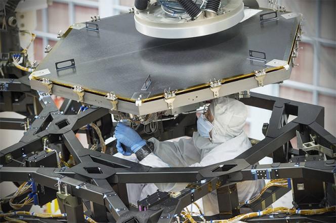 Un ingegnere del Goddard Space Flight Center della NASA al lavoro per installare il primo specchio di JWST. Crediti: NASA/Chris Gunn