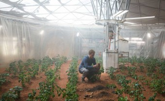 "Matt Demon, agronomo pioniere su Marte, nell'ultimo film di Ridley Scott ""The Martian""."