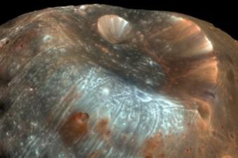 Il cratere Stickney sulla superficie della luna marziana. Crediti: Nasa