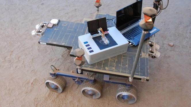 Il Chemical Laptop paragonato a un pc portatile normale. Crediti: NASA/JPL-Caltech