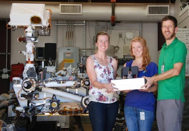 I ricercatori del JPL Jessica Creamer, Fernanda Mora e Peter Willis hanno lavorato al Chemical Laptop, un'apparecchiature progettata per rilevare amminoacidi e acidi grassi nello spazio. Crediti: NASA/JPL-Caltech