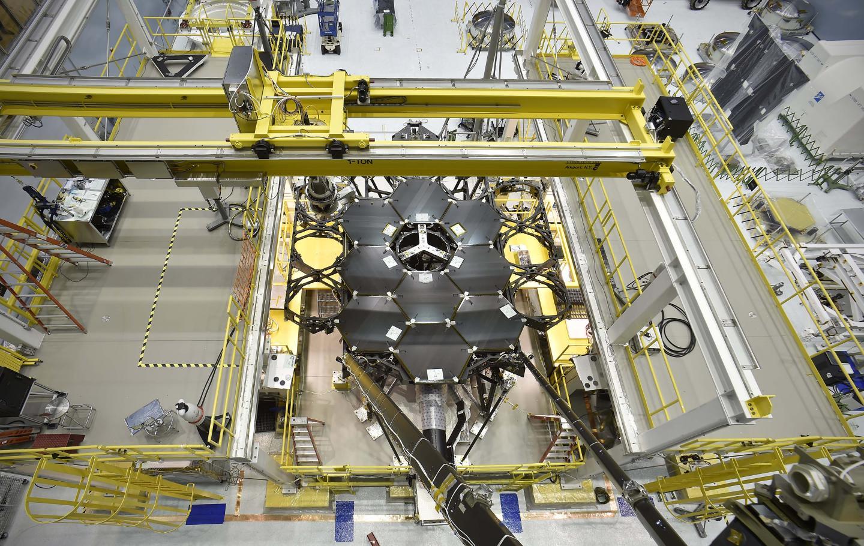 Gli specchi primari del James Webb Space Telescope in via di installazione. Crediti: NASA's Goddard Space Flight Center/Chris Gunn