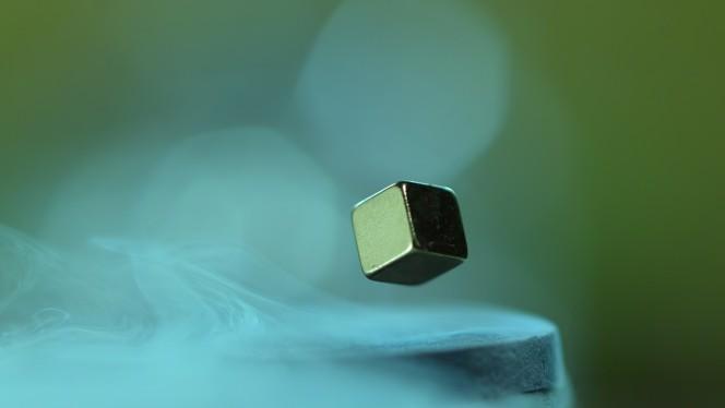 Un fenomeno di levitazione magnetica ricreato in laboratorio raffreddando un metallo fino a ottenere superconduttività. Crediti: Ural University.