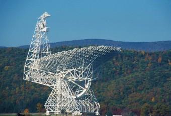 Il Green Bank Telescope (GBT) della National Science Foundation, negli Stati Uniti. I dati d'archivio del GBT contengono il segnale di FRB 110523, un Fast Radio Burst avvenuto in una regione dello spazio altamente magnetizzata al di fuori della nostra galassia. Crediti: NRAO/AUI/NSF