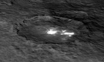 Un'immagine del cratere Occator su un modello digitale del terreno offre una vista prospettica in 3-D-simile della struttura dell'impatto. Diverse aree luminose possono essere visibili in questo cratere. La parte interna del cratere misura circa 10 chilometri di diametro e mezzo chilometro in profondità. Il crater Occator misura a circa 90 chilometri di larghezza. Image Credit: NASA/JPL-Caltech/UCLA/MPS/DLR/IDA