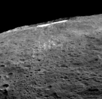 Una parte degli scienziati della missione Dawn della NASA suggerisce che quando la luce solare raggiunge Cerere dal cratere Occater si alza una sorta di foschia sottile di polvere e acqua dovuta all'evaporazione. Image Credit: NASA/JPL-Caltech/UCLA/MPS/DLR/IDA