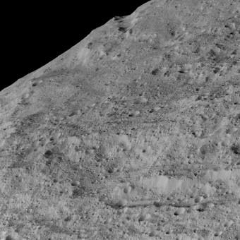 Questa immagine è stata scattata dalla sonda Dawn della Nasa il 10 dicembre scorso e mostra una regione a sud del pianeta nano Cerere. La zona inquadrata si trova nelle vicinanze del cratere chiamato Samhain Catena, una catena in questo caso significa un gruppo di crateri o avvallamenti allineati e ravvicinati. Al momento dello scatto la sonda si trovava a circa 385 km dalla superficie di Cerere. Crediti: NASA/JPL-Caltech/UCLA/MPS/DLR/IDA