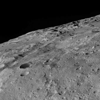Nell'immagine, raccolta dalla sonda Dawn della NASA il 10 dicembre scorso, una zona alle medie latitudini sud del pianeta nano Cerere, nei dintorni della regione denominata Gerber Catena. Molte delle depressioni e scanalature presenti su Cerere si sono probabilmente formate a seguito di impatti, ma alcuni sembrano avere origine tettonica. Al momento dell'acquisizione di questa immagine, la sonda Dawn si trovava sulla sua orbita di bassa quota, a una distanza approssimativa da Cerere di 385 km. Crediti: NASA/JPL-Caltech/UCLA/MPS/DLR/IDA