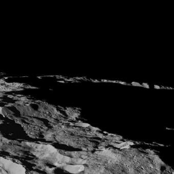 Questa visuale su Cerere, raccolta dalla sonda Dawn della NASA il 10 dicembre scorso, mostra un'area nell'emisfero sud del pianeta nano. Le ombre allungate sono dovute al fatto che al momento dello scatto il Sole si trovava vicino all'orizzonte. La sonda ha scattato questa immagine quando si trovava a una distanza da Cerere di circa 385 km. Crediti: NASA/JPL-Caltech/UCLA/MPS/DLR/IDA