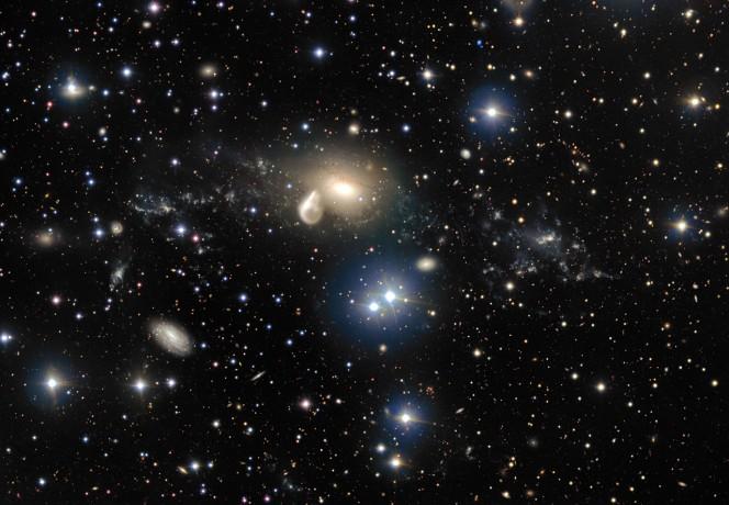 Le conseguenze spettacolari di una collisione cosmica di 360 milioni di anni fa sono rivelate in dettaglio nelle nuove immagini del VLT (Very Large Telescope) dell'ESO all'Osservatorio del Paranal. Tra le carcasse che circondano la galassia ellittica NGC 5291, al centro, si trova una giovane galassia nana rara e misteriosa che si mostra come un grumo brillante sulla destra dell'immagine. Questo oggetto fornisce agli astronomi un'eccellente opportunità di capire meglio questo tipo di galassie, che ci si aspetta siano comuni nell'Universo primordiale ma troppo deboli e distanti per essere osservate con gli odierni telescopi. Crediti: ESO