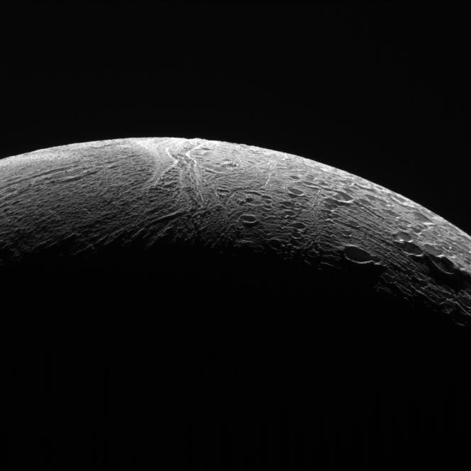 Cassini osserva due diversi tipi di terreno nel polo nord di Encelado. Una regione più antica coperta di crateri che sono stati modificati da processi geologici (a destra), mentre a sinistra si vede una zona relativamente senza crateri ma rugosa, presumibilmente più giovane. Crediti: NASA / JPL-Caltech / Space Science Institute