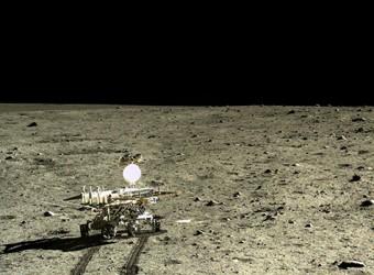 Il rover lunare cinese, Yutu, fotografato dal suo lander Chang'e-3 dopo l'atterraggio nel Mare Imbrium, un bacino da impatto gigante nel quale si riversarono, successivamente, colate laviche. Crediti: CNAS / CLEP