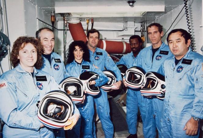 L'equipaggio della missione STS 51L tragicamente scomparso in seguito all'esplosione dello Space Shuttle Challenger, il 28 gennaio 1986. Da sinistra a destra: Christa McAuliffe e Gregory B. Jarvis (Payload Specialist), Judith A. Resnik (Mission Specialist), Francis R. Scobee (Comandante), Ronald E. McNair (Mission Specialist), Michael J. Smith (Pilota), Ellison S. Onizuka (Mission Specialist). Crediti: NASA