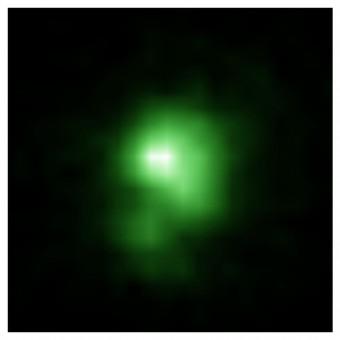 """Nell'immagine, la galassia """"green pea"""" J0925 osservata dal telescopio spaziale Hubble. Il diametro della galassia è pari a circa 6.000 anni luce, quindi è circa venti volte più piccola della Via Lattea. Crediti: Ivana Orlitová, Astronomical Institute, Czech Academy of Sciences"""