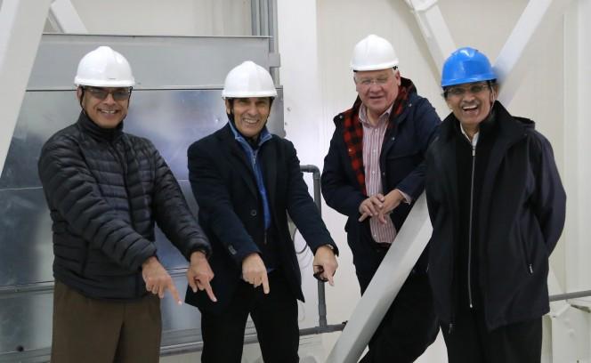 Alaudin Bhanji , Enrico Flamini, Pete Hames e Keyur Patel durante la visita al Serdinia Radio Telescope