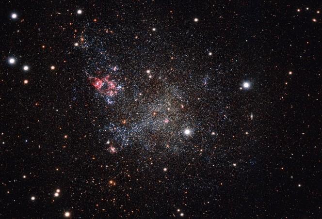 Questa immagine, ottenuta con la camera OmegaCAM montata sul telescopio dell'ESO VST (VLT Survey Telescope) in Cile, mostra una galassia piccola ma incredibilemente pulita. IC 1613 contiene pochissima polvere cosmica e permette così agli astronomi di esplorarne il contenuto con gran chiarezza. Crediti: ESO