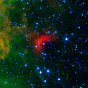 L'emissione infrarossa associata al bow shock di una stella in fuga, ripresa dal telescopio spaziale Spitzer della NASA. Crediti: NASA/JPL-Caltech/University of Wyoming