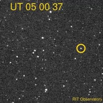 I risultati di un team internazionale di ricercatori, pubblicati su Nature, indicano che la luce visibile, oltre ai raggi X, può fornire dati osservativi affidabili per studiare l'attività di un buco nero. L'immagine mostra un'osservazione di V404 Cyg (cerchiato in giallo) del 23 giugno 2015. L'emissione di luce visibile è continuata per 3.5 ore. Crediti: Michael Richmond/Rochester Institute of Technology