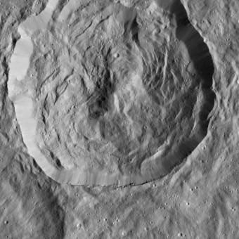 Il 23 dicembre 2015 la sonda Dawn della NASA ha osservato questo cratere su Cerere, ricoperto di rilievi e ripidi pendii. Tali strutture si sono probabilmente formate quando la superficie del cratere è ricaduta dopo la sua formazione. La forma curvilinea dei rilievi ricorda quelle osservate nel gigantesco cratere da impatto Rheasilvia, su Vesta, studiato da Dawn tra il 2011 e il 2012. Crediti: NASA/JPL-Caltech/UCLA/MPS/DLR/IDA