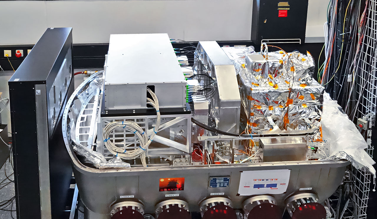 Lo zoom sui buchi neri è la missione principale per lo strumento GRAVITY, appena installato sul VLT (Very Large Telescope) dell'ESO in Cile. Durante le prime osservazioni, GRAVITY ha combinato con successo la luce di tutti e quattro i telescopi ausiliari (AT).  Crediti: ESO/GRAVITY consortium