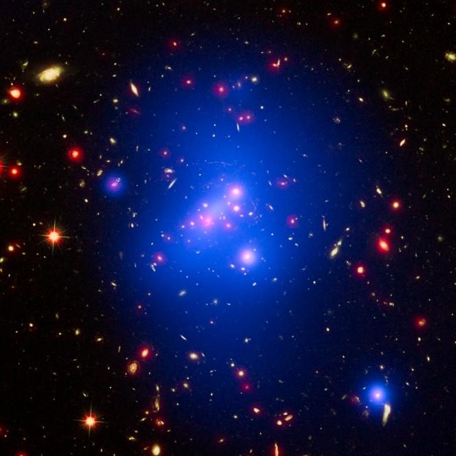 Questo oggetto si chiama IDCS J1426.5+3508. Immagine composta dai dati di Hubble, Chandra e Spitzer. Crediti: NASA, ESA, and M. Brodwin (University of Missouri)