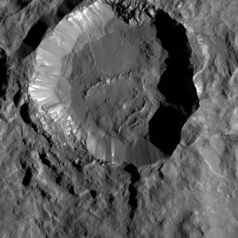 Nell'immagine il cratere Kupalo, uno dei crateri più giovani di Ceres, visto dalla sonda Dawn. Il cratere è composto da materiale chiaro lungo le pareti, che potrebbero essere sali, mentre la sua superficie è probabilmente formata da materiale fuso in seguito all'impatto e a detriti. Crediti: NASA/JPL-Caltech/UCLA/MPS/DLR/IDA