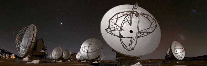 Questa vista panoramica del Chajnantor Plateau, che si espande per circa 180 gradi da nord (a sinistra) a sud (destra), mostra alcune delle antenne che compongono la schiera di ALMA. Crediti: ESO/B. Tafreshi (twanight.org)