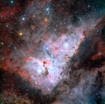 Questa immagine ottenuta componendo diversi filtri e puntata sulla Nebulosa della Carena è stata realizzata dal telescopio MPG da 2.2 metri dell'ESO a La Silla, in Cile. All'interno del cerchio rosso si trova l'ammasso aperto Trumpler 14. Crediti: ESO