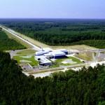 Veduta aerea di LIGO (Laser Interferometer Gravitational-Wave Observatory). Lo strumento è dotato di due ricevitori negli Stati Uniti, uno a Livingston, Louisiana, e l'altro a Hanford, Washington.