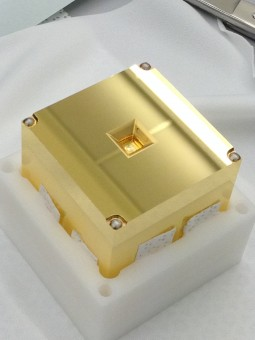 In questa foto, unoa delle due masse di test di LISA Pathfinder. Ogni massa è un cubo d'oro-platino di 4.6 cm di lato pesante circa 1.96 kg. Crediti: CGS SpA