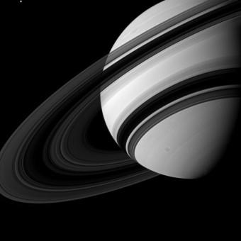 In alto a sinistra vedete la luna Teti, uno dei satelliti naturali di Saturno. Piccolo, molto piccolo in confronto al pianeta e ai suoi anelli. Foto scattata dalla wide-angle camera di Cassini il 19 agosto 2012. Crediti: NASA/JPL-Caltech/Space Science Institute