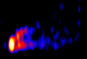 L'immagine del getto nella galassia Virgo A ottenuta combinando le riprese alla frequenza di 86 GHz del Green Bank Telescope e VLBA. Crediti: K. Hada et al., NRAO/AUI/NSF
