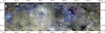 Superficie di Cerere in falsi colori con immagini ottenute da 14 mila chilometri di distanza e visualizzate in una proiezione equirettangolare (codifica a colori di lunghezze d'onda: rosso R = 0,96 μ m, verde G = 0,75 μ m, blu B = 0,44 μ m). I cerchi rossi indicano la posizione dei due punti luminosi di Occator e del punto A ancora senza nome