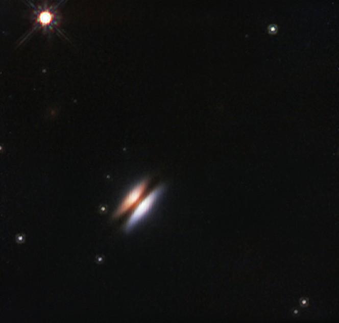 """Il primo piano in luce infrarossa del """"Disco Volante"""" è stato ottenuto dal telescopio spaziale Hubble della NASA/ESA. Crediti: ESO/NASA/ESA"""