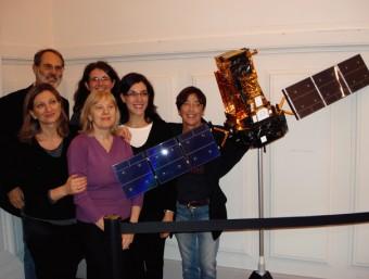 Pietro Ubertini e alcune scienziate del team di INTEGRAL accanto a un modello del satellite.
