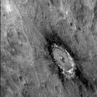 Immagine del cratere Basho che evidenzia il caratteristico alone scuro che lo circonda. L'alone è composto di materiale a bassa riflettanza, estratto dal sottosuolo al momento di formazione del cratere. Crediti: NASA / Johns Hopkins University Applied Physics Laboratory / Carnegie Institution of Washington