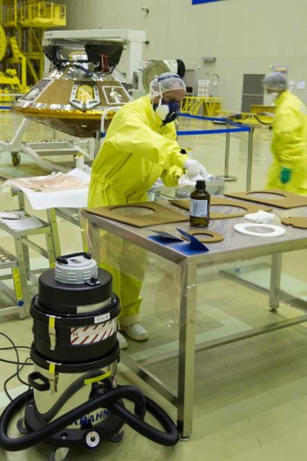 """Pulizia e decontaminazione delle """"mattonelle"""" esterne del lander Schiaparelli. Crediti: ESA - B. Bethge"""