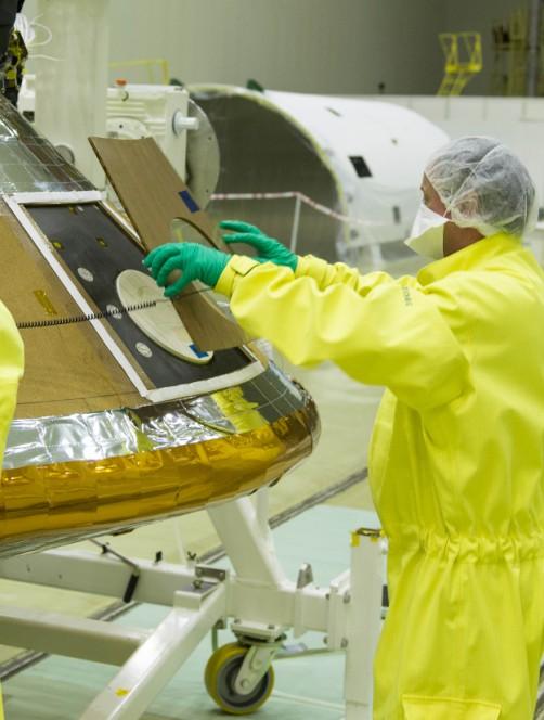 Un tecnico durante le ultime fasi di costruzione del lander Schiaparelli. Crediti: ESA - B. Bethge