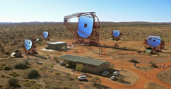 I cinque telescopi che compongono l'osservatorio H.E.S.S.. Crediti: Klepser, DESY, H.E.S.S. collaboration