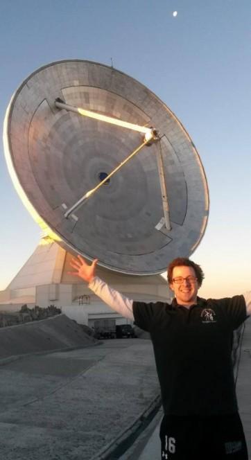 Il laureando Kevin Harrington, autore della scoperta, e alle sue spalle il Large Millimeter Telescope. Crediti: UMass Amherst