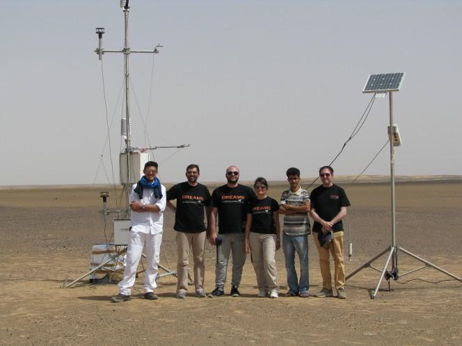 Alcuni scienziati del team DREAMS posano insieme alla strumentazione utilizzata durante la campagna di rilevazione dati in Marocco. Crediti: F. Esposito