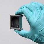 Una lente per il terahertz.  Per realizzarla, i ricercatori hanno utilizzato una serie di lastre impilate. Una tecnica che potrebbe costituire la base per nuovi  dispositivi. Crediti: Mittleman Lab / Brown University