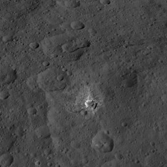 Il cratere Oxo su Cerere, ripreso dalla sonda Dawn della NASA. Crediti: NASA / JPL-Caltech / UCLA / MPS / DLR / IDA