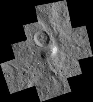 La misteriosa montagna di Cerere chiamata Ahuna Mons si trova in basso in questo mosaico di immagini della sonda Dawn della NASA. Dawn ha raccolto queste immagini durante la sua mappatura su orbita bassa, a circa 385 km dalla superficie. La risoluzione delle immagini è pari a 35 metri per pixel. Sul suo lato più ripido la montagna è alta circa 5 km, mentre la sua altezza media complessiva è pari a circa 4 km. Il diametro della montagna è di circa 20 km. Crediti: NASA/JPL-Caltech/UCLA/MPS/DLR/IDA