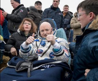 Scott Kelly esce dalla capsula con i pollici alzati. Crediti: NASA