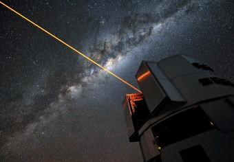 Un laser da 22W usato per l'ottica adattiva al Very Large Telescope, in Cile. Una suite di laser simili a questo potrebbe essere utilizzata per modificare la forma del segnale prodotto dal transito di un pianeta al fine di segnalare, od occultare, la presenza del pianeta stesso. Crediti: ESO / G. Hüdepohl