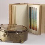 """La classificazione spettrale da """"Le stelle"""" di Angelo Secchi e il prisma obiettivo usato da Merz, tra le tante opere in mostra in occasione di Starlight. La foto è anche la copertina del catalogo.  Fotografia di Marinella Calisi"""