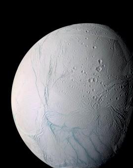 Questa visuale a colori amplificati di Encelado mostra gran parte dell'emisfero sud, che si trova nella parte inferiore dell'immagine, dove risiedono la gran parte dei getti a lunga durata osservati sulla luna di Saturno. Crediti: NASA/JPL/Space Science Institute