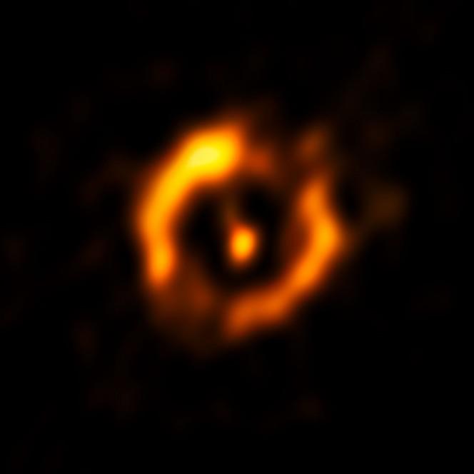 In questa veduta compare l'immagine VLTI ricostruita, in cui la stella centrale luminosa è stata rimossa. Un debole bagliore, dovuto alla stella secondaria, è una vera sorpresa per gli osservatori. Crediti: ESO