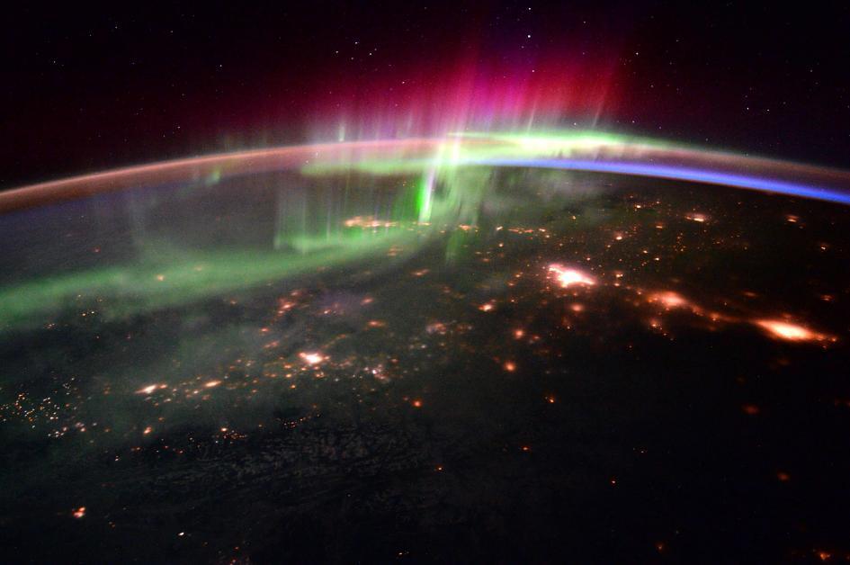Le luci danzanti dell'aurora polare, condivise da Scott Kelly e dal collega astronauta Tim Peake. Crediti: NASA
